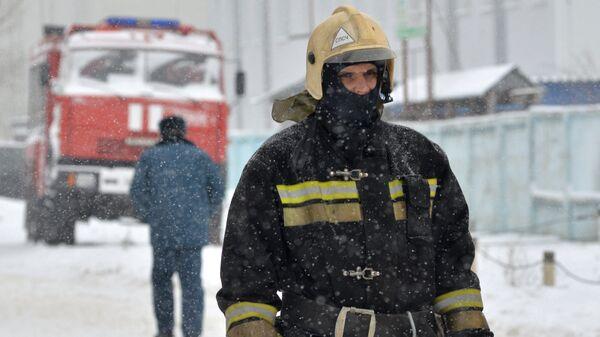 Сотрудник МЧС во время ликвидации последствий взрыва газового болона и пожара в сауне в Монтажном проезде в Воронеже