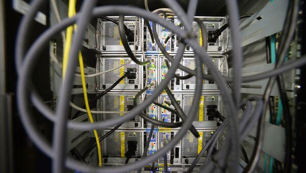 Провода в серверной комнате