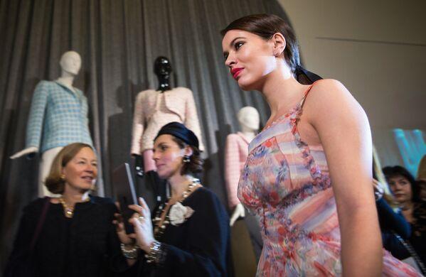 Модель демонстрирует одежду на открытии выставки I love Chanel. Частные коллекции