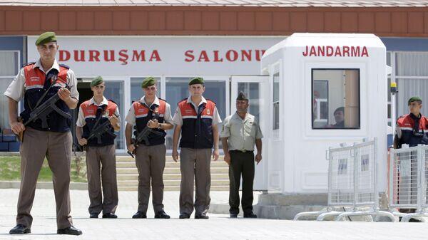 Военная охрана у тюрьмы недалеко от Стамбула во время судебного процесса над участниками заговора против Тайипа Эрдогана. Архивное фото
