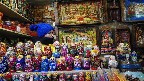 Продажа сувениров на Красной площади в Москве. Архивное фото