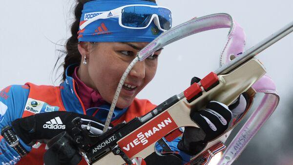 Татьяна Акимова (Россия) на огневом рубеже масс-старта среди женщин на третьем этапе Кубка мира по биатлону