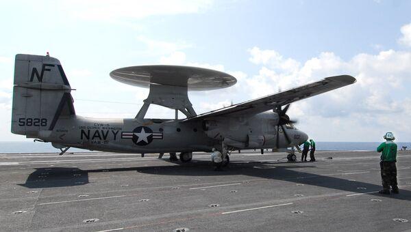 Самолет дальнего радиолокационного обнаружения E-2C Hawkeye на палубе авианосца George Washington в Южно-Китайском море. Архивное фото