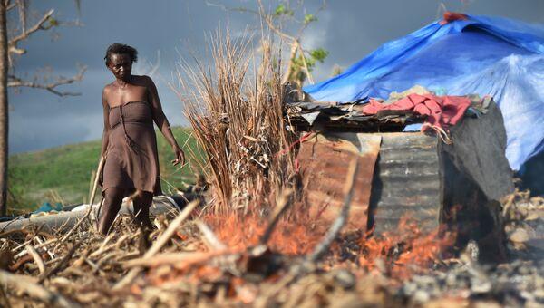 Мари около своего дома, разрушенного ураганом Мэтью, Гаити. 3 ноября 2016