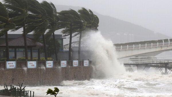 Тайфун Сарика в городе Санья, Китай.  18 октября 2016