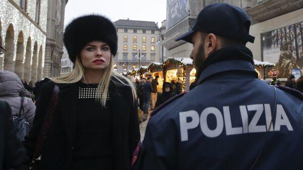 Сотрудник полиции на рождественском базаре в Милане