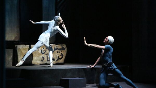 Анна Никулина и Денис Родькин в спектакле Легенда о любви. Архивное фото
