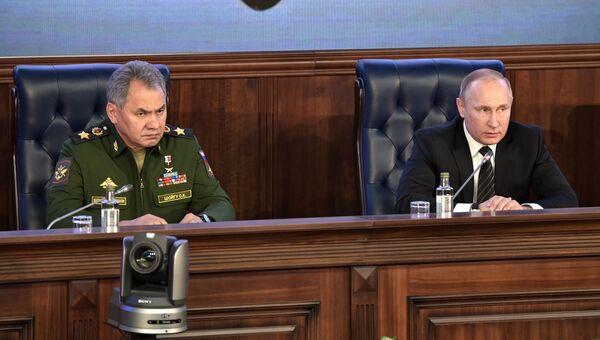 Президент России Владимир Путин и министр обороны РФ Сергей Шойгу на ежегодном расширенном заседании коллегии министерства обороны РФ. 22 декабря 2016