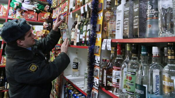 Рейд сотрудников полиции по выявлению и изъятию незаконно продаваемой алкогольной продукции. Архивное фото