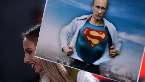 Журналист с плакатом перед началом двенадцатой большой ежегодной пресс-конференции президента РФ Владимира Путина. 23 декабря 2016