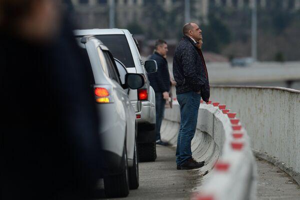 Люди наблюдают за поисково-спасательными работами у побережья Черного моря, где потерпел крушение самолет Минобороны РФ Ту-154