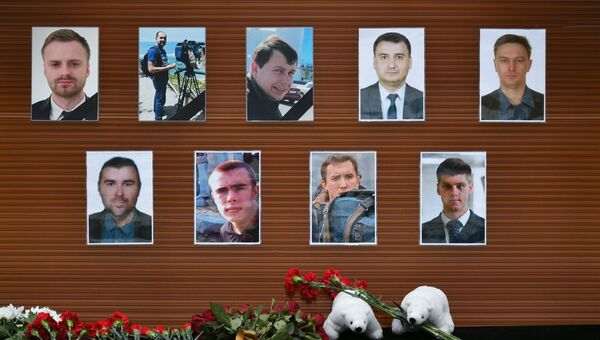 Цветы, возложенные у телевизионного центра Останкино к фотографиям журналистов, погибших при крушении самолета Минобороны РФ Ту-154