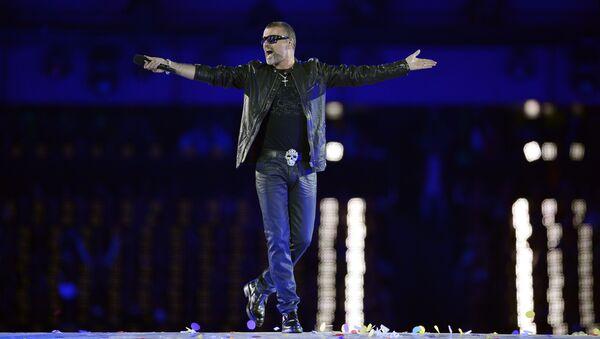 Британский певец Джордж Майкл выступает во время церемонии закрытия Олимпийских игр в Лондоне. 2012 год