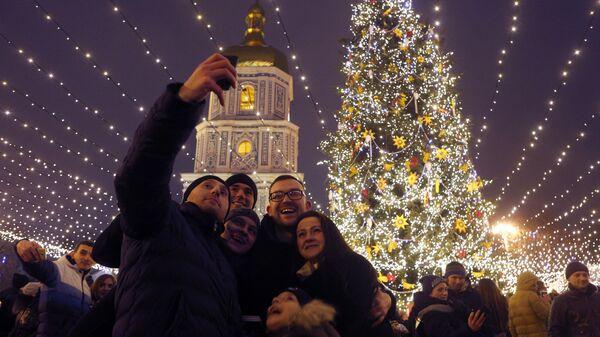 Новогодняя елка недалеко от собора Святой Софии в Киеве, Украина