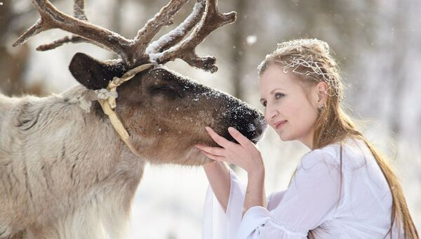 Девушка с оленем в красноярском зоопарке Роев Ручей. Архивное фото