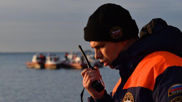 Сотрудник МЧС во время поисково-спасательной операции на месте крушения самолета Ту-154 в Черном море у берегов Сочи