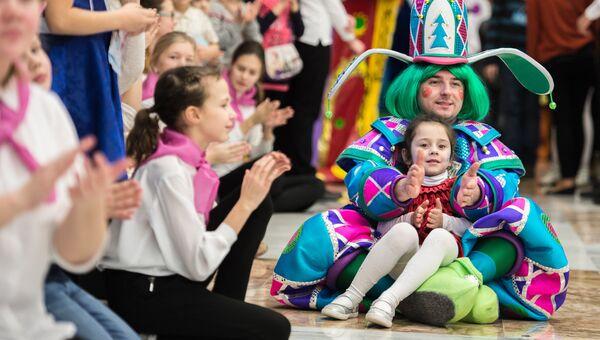 Дети во время новогоднего представления в Государственном Кремлевском дворце в Москве