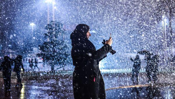 Женщина во время снегопада на площади Таксим в Стамбуле