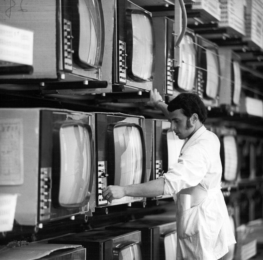 Цветные телевизоры Электрон-703 на тренировочном конвейере объединения Электрон
