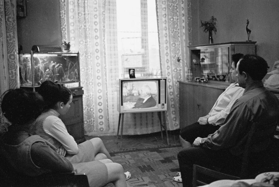 Семья Боршагиных, рабочих ткацкой фабрики имени Свердлова, во время отдыха дома вечером у телевизора