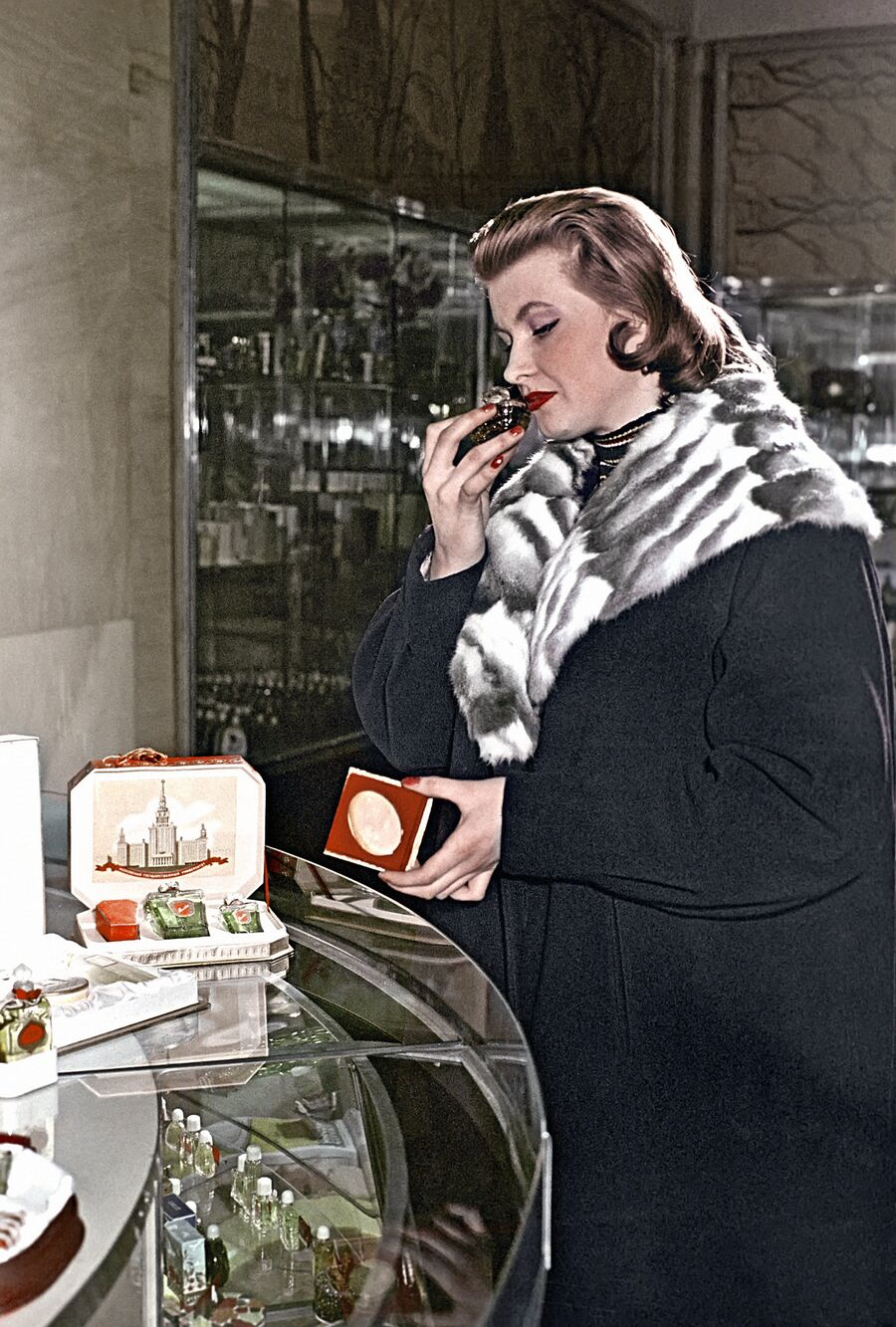 Покупательница у прилавка парфюмерного магазина в Охотном Ряду выбирает духи