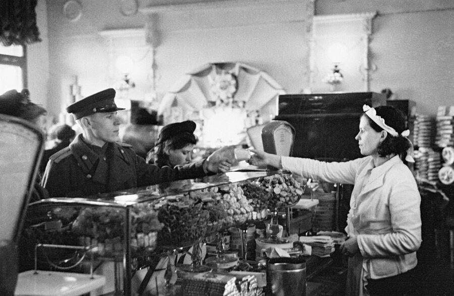 Кондитерский магазин на улице Горького. Москва, 1949 год.