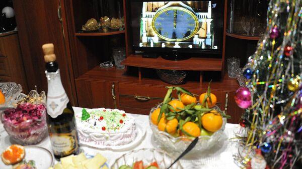 Праздничный стол во время встречи Нового года. Архивное фото
