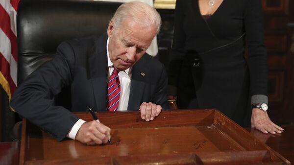 Вице-президент США Байден расписался на ящике своего письменного стола. 6 января 2017 год