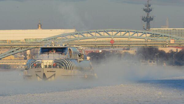 Речной трамвай на Москва-реке в морозный день