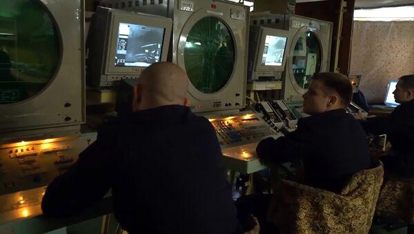 Матросы следят за показаниями радаров на тяжёлом авианесущем крейсере (ТАВКР) Адмирал Кузнецов