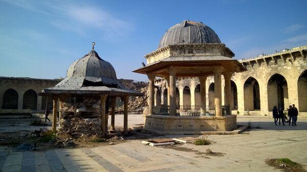 Горожане во дворе Мечети Омейядов в Алеппо. Архивное фото