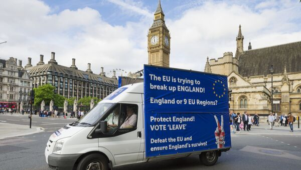 Грузовик c агитацией за выход Великобритании из Европейского Союза у здания британского парламента в Лондоне. Архивное фото
