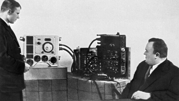 Академик Сергей Королев принимает экзамен по материальной части корабля Восток у кандидата в космонавты Юрия Гагарина