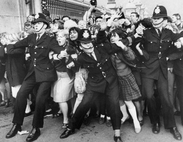 Фанаты группы The Beatles за воротами Букингемского дворца