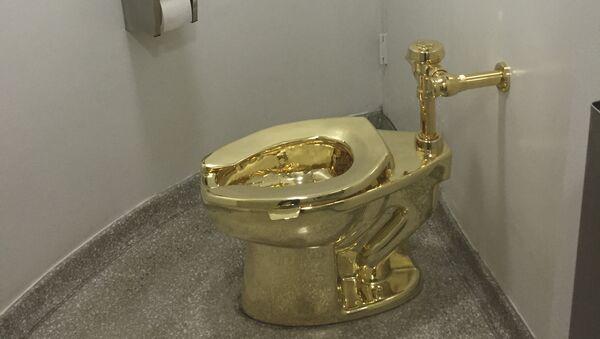 Унитаз из 18-каратного золота в музее Гуггенхайма в Нью-Йорке