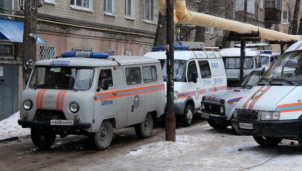 Автомобили Службы спасения у жилого дома в Ленинском районе Саратова. 12 января 2017