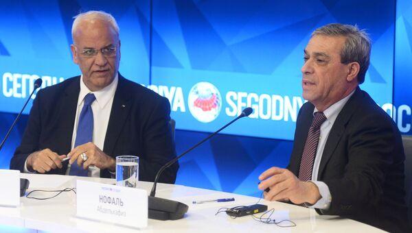 Генеральный секретарь исполкома Организации освобождения Палестины Саиб Арикат и посол Палестины в Москве Абдель Хафиз Нофаль на пресс-конференции в пресс-центре МИА Россия сегодня