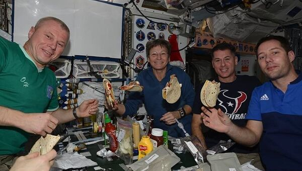 Космонавт Олег Новицкий показал быт на МКС через Instagram