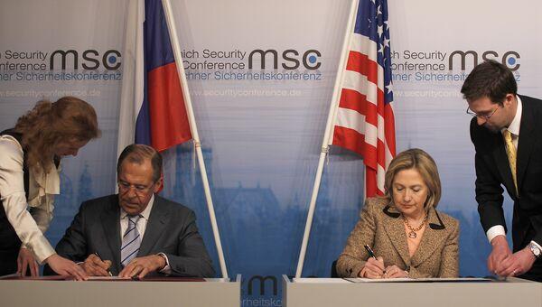 Глава МИД РФ Сергей Лавров и глава госдепартамента США Хиллари Клинтон во время обмена ратификационными грамотами Договора об СНВ в Мюнхене. 5 февраля 2011