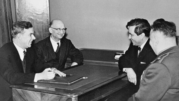 Председатель КГБ при Совете министров СССР Владимир Семичастный (1-й слева) принимает советских разведчиков Рудольфа Абеля (2-й слева) и Конана Молодого (2-й справа). Архив