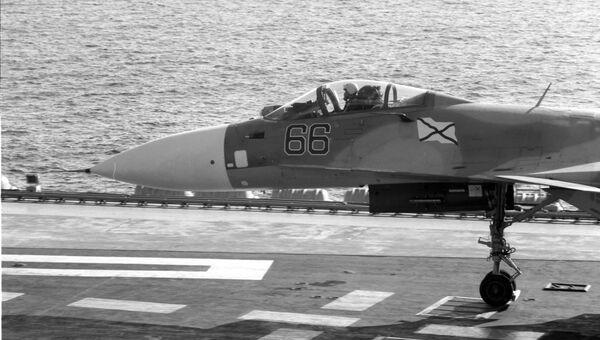 Истребитель Су-33 готовится к взлету с палубы тяжёлого авианесущего крейсера Адмирал Кузнецов. Средиземное море, 14.10.2016