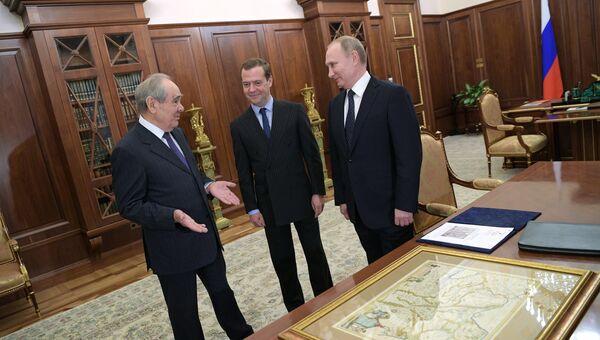 Президент РФ Владимир Путин и председатель правительства РФ Дмитрий Медведев во время встречи в Кремле с первым президентом Татарстана Минтимером Шаймиевым. 19 января 2017