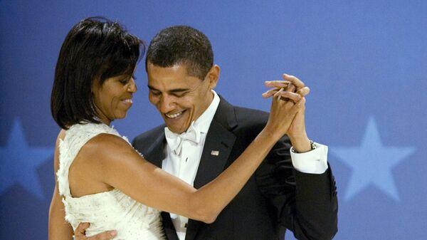 Президент США Барак Обама танцует с первой леди США Мишель Обама во время бала в день инаугурации в Вашингтоне