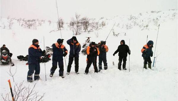 Мурманские спасатели проводят поисково-спасательную операцию по спасению туристов, попавших под cнежную лавину