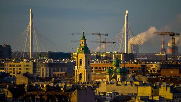 Вид на Яхтенный вантовый мост с колоннады Исаакиевского собора в Санкт-Петербурге. Архивное фото