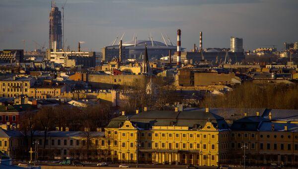 Вид на строительство многофункционального Лахта-центра с колоннады Исаакиевского собора в Санкт-Петербурге