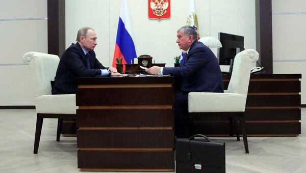 Президент РФ Владимир Путин и главный исполнительный директор ПАО НК Роснефть Игорь Сечин во время встречи в резиденции Ново-Огарево. 23 января 2017