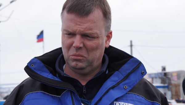 Бывший первый заместитель главы специальной мониторинговой миссии ОБСЕ на Украине Александр Хуг на границе ЛНР и ДНР