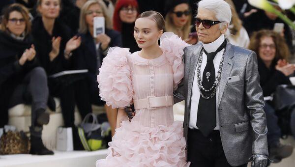 Немецкий модельер Карл Лагерфельд с актрисой и моделью Лили-Роуз Мелоди Депп на показе Chanel Haute Couture. Архивное фото