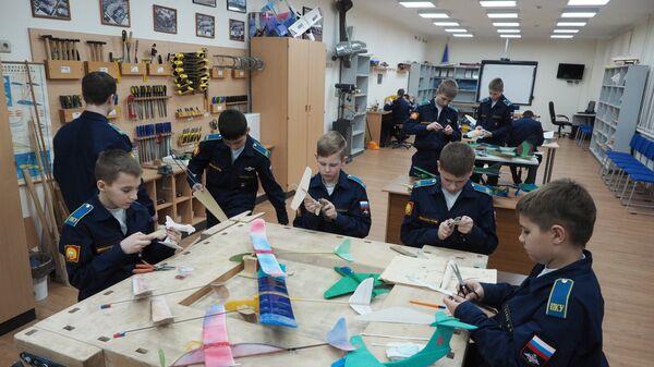 Кадеты Краснодарского президентского кадетского училища на занятиях кружка по авиамоделированию